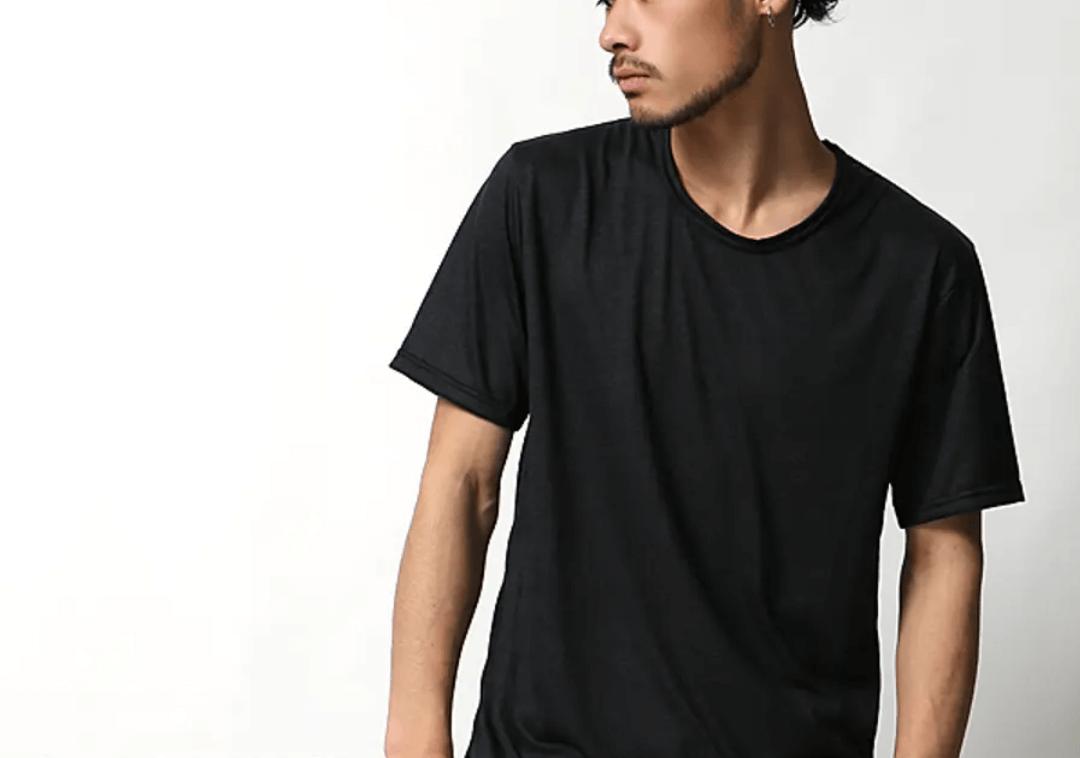 UネックTシャツのメンズコーデ