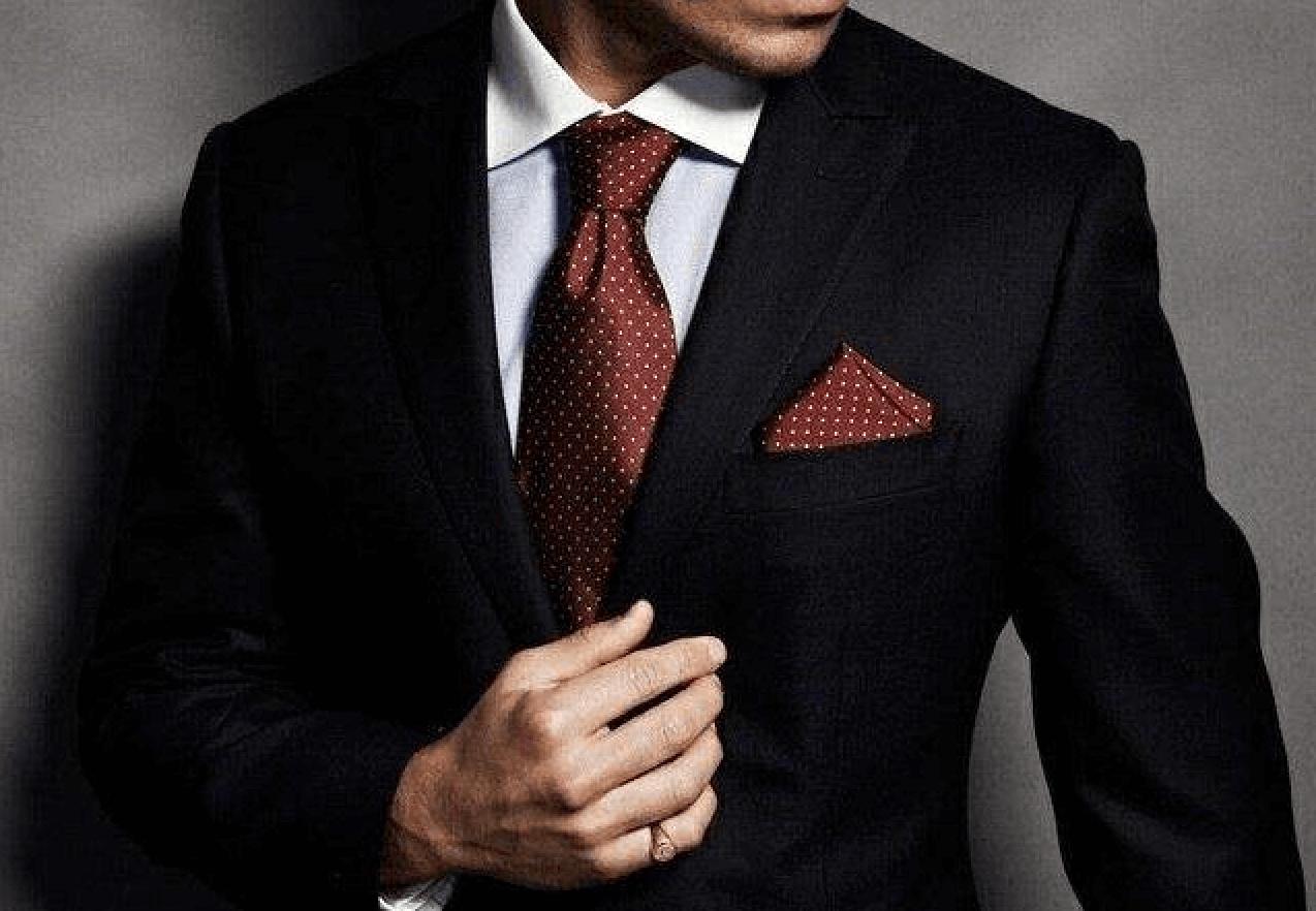 派手なカラーのネクタイ×白シャツor同色系のシャツ