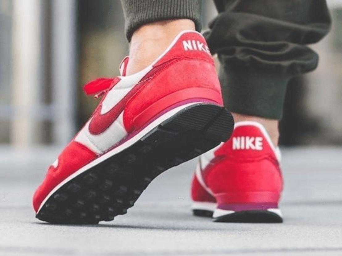赤のスニーカーの着用例