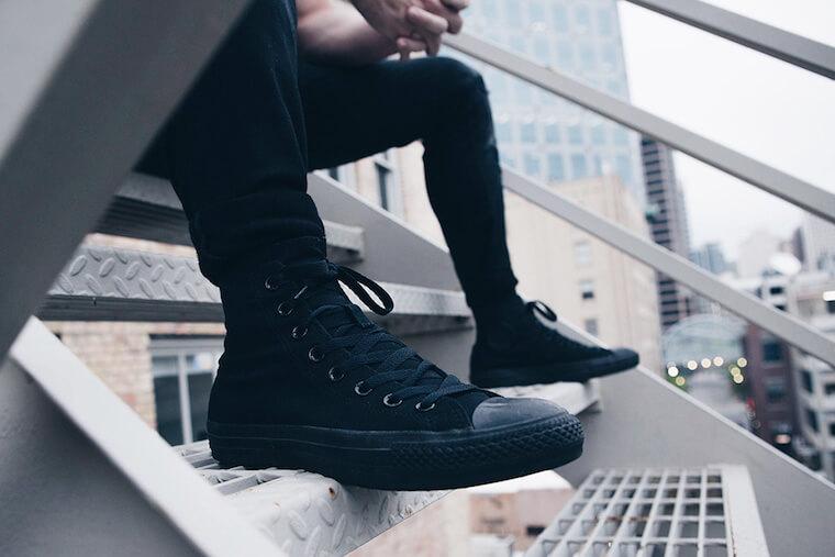黒のスニーカー着用例