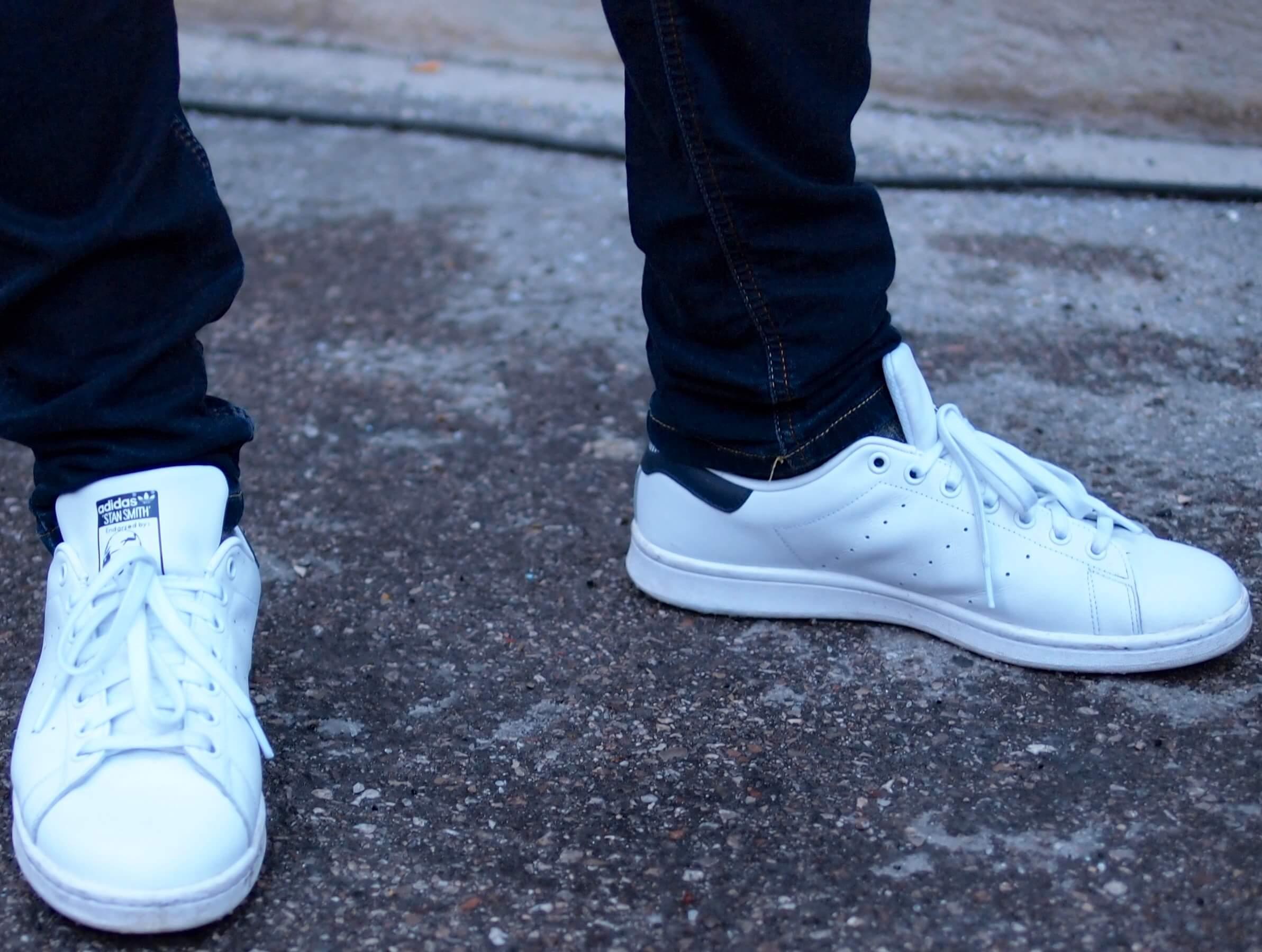 白スニーカーの着用例